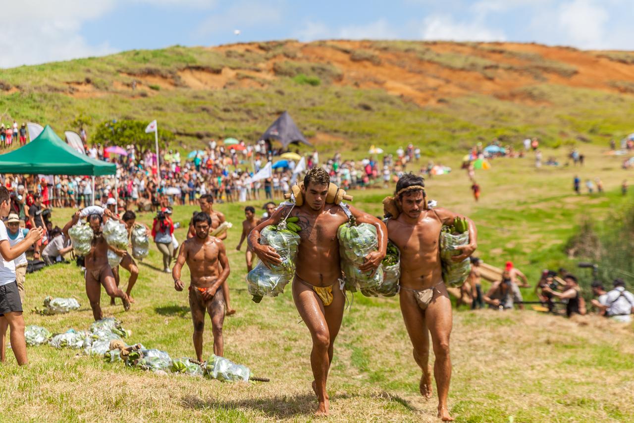 "Tapati Rapa Nui - ""Triathlon"" am Rano Raraku - zweite Diziplin: Banenenstaude um den See tragen"