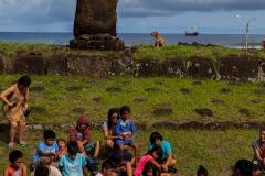 Osterinsel - Hanga Roa:  beim zweiten Moai ist gerade eine Schulklasse davor