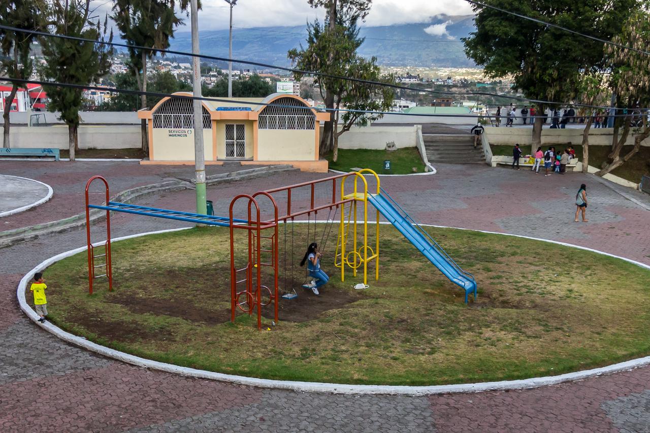 Ambato - der Spielplatz ist voller Beton obwohl hier sonst alles wächst und gedeiht