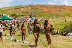 "Tapati Rapa Nui - ""Triathlon"" am Rano Raraku - zweite Diziplin: Bananenstaude um den See tragen"