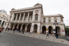 Die Oper. Um junge Menschen für Kultur zu begeistern, gibt es für Zuschauer bis 35 Jahre richtig viel Rabatt. Tickets so um 3 Euro.
