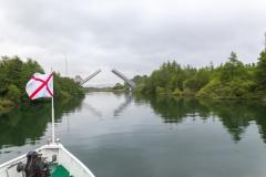Eine Klappbrücke und im Vordergrund die Fahne von Valdivia.