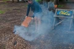 Feli beim Anfachen des Laubfeuers.