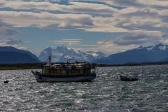 Puerto Natales - Blick vom Hafen auf die Berge
