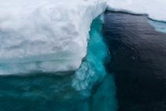 Kinnes Cove: die Eisberge gehen im klaren Wasser tief nach unten