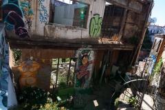 Valparaiso ist Unesco Weltkulturerbe. Dummerweiße gibt es hier schon mal regelmäßig Erdbeben und ein paar Häuser stürzen fast ein. Die restlichen Fassaden dürfen trotzdem nicht abgerissen werden - weil sonst Strafe an die Unesco gezahlt werden muss.. Heißt: warten, bis das nächste Erdbeben den Rest auch weg macht.