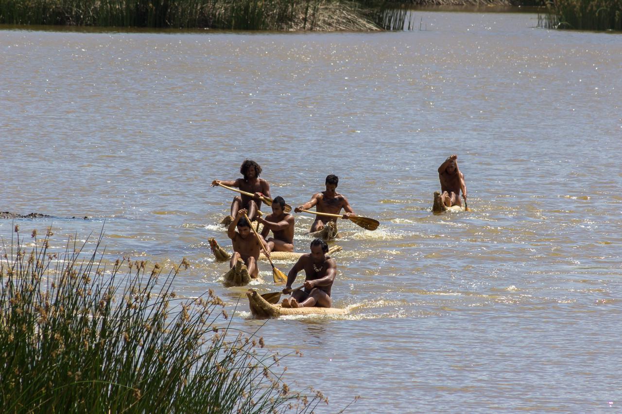 "Tapati Rapa Nui - ""Triathlon"" am Rano Raraku - erste Diziplin: Rudern"
