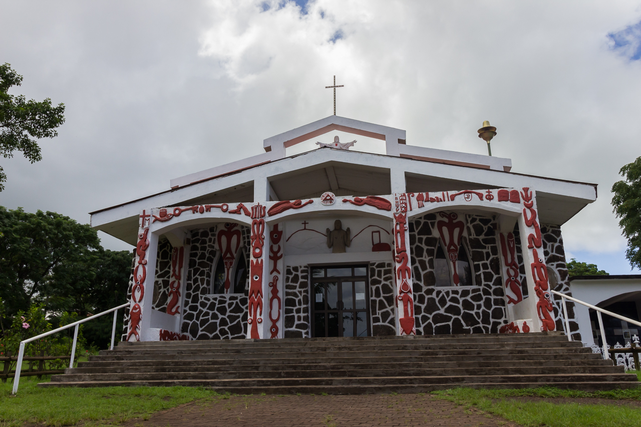 Osterinsel - Hanga Roa - der gesamte Eingangsbereich der Kirche