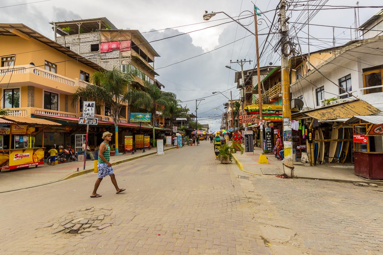 Montañita - das Stadtbild ist von vielen kleinen Läden, Bars und Restaurants geprägt