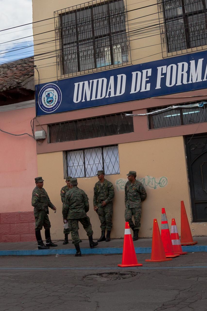 Riobamba - Militär bewacht die Präsindentschaftswahlen-Vorbereitungen