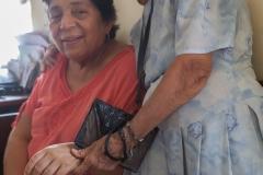 Guayaquil - 94 jährige Frau mit Ihrer Freundin in einem kleinem Restaurant