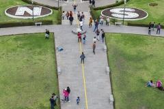 Mitad del Mundo - Blick vom Äquator-Denkmal mit der Äquator-Linie in Gelb