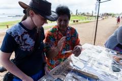 Osterinsel - Hanga Roa: Judith bekommt die Herstellung einer Art Bambus-Papier erklärt