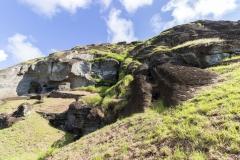 Rapa Nui - Moais beim Vullkan Rano Raraku - der dunkle lange Stein rechts im Felsen ist eine der größten unvolendeten Figuren