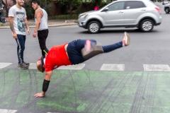 Breakdancer mitten auf der Straße (in einer Grünphase) im Bellavista Viertel