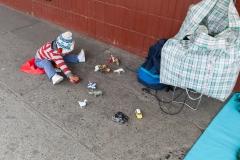 Puerto Varas - ein spielendes Kind auf dem Bürgersteig