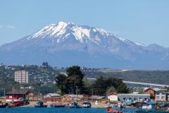 Der Calbuco-Vulkan hinter der Stadt
