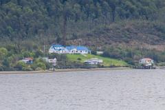 Einsame Häuser auf der anderen Fjordseite