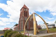 Falklandinseln - Rund um Stanley - die Kirche mit einem Wal-Knochen-Denkmal davor
