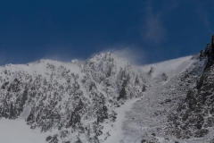Cooper Bay - Wind fegt den Schnee vom Gipfel